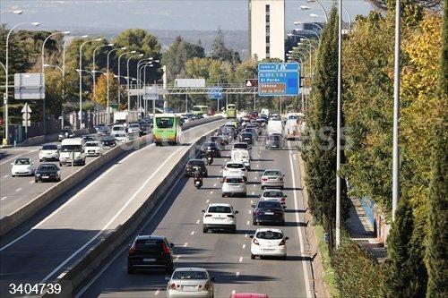 Vehículos circulan por la A6 a la altura del puente ubicado en Ciudad Universitaria, en Madrid (España), a 30 de octubre de 2020. Ayer, víspera del puente de Todos los Santos se hizo efectivo un nuevo decreto de la Comunidad de Madrid por el que la misma quedaba cerrada perimetralmente entre las 00.00 horas de este viernes y las 00.00 horas del martes, 3 de noviembre.