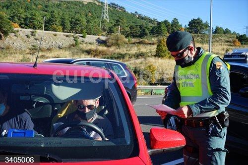 Un agente de la Guardia Civil le pide la documentación al conductor de un vehículo durante un control de movilidad en la carretera AP-6 de acceso a Segovia, Castilla y León, (España), a 30 de octubre de 2020. El Boletín Oficial de Castilla y León (Bocyl) publicó ayer el acuerdo por el que se regula el cierre perimetral de la comunidad castellanoleonesa desde las 14.00 horas de hoy viernes 30 de octubre hasta las 14.00 horas del 9 de noviembre.