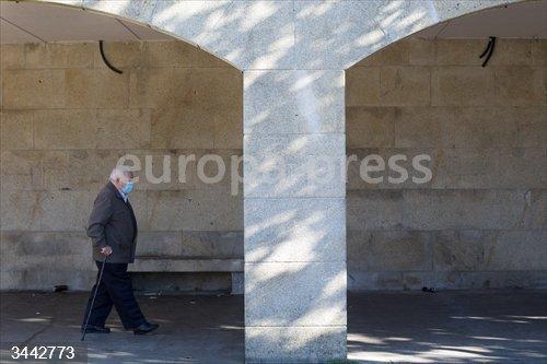 Un anciano camina por una vía de Vilalba el mismo día de la entrada en vigor de nuevas restricciones impuestas por la crisis del Covid-19 en el municipio, en Vilalba, Lugo, (España), a 21 de noviembre de 2020. Entre las medidas, además del cierre perimetral, se incluye el cierre de la hostelería.<br>Fecha: 21/11/2020.