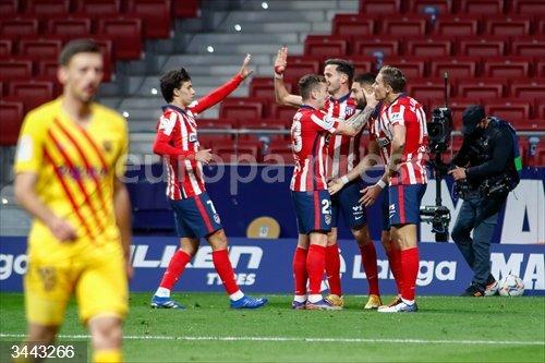 El Atlético de Madrid celebra el 1-0, obra de Yannick Carrasco, ante el FC Barcelona<br>REMITIDA / HANDOUT por AFP7 /  OSCAR J. BARROSO  - Only For Use In Spain<br>Fecha: 21/11/2020.                 <br>Fotografía remitida a medios de comunicación exclusivamente para ilustrar la noticia a la que hace referencia la imagen, y citando la procedencia de la imagen en la firma